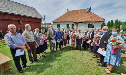 Familiile care au împlinit 50 de ani de căsătorie au fost premiate